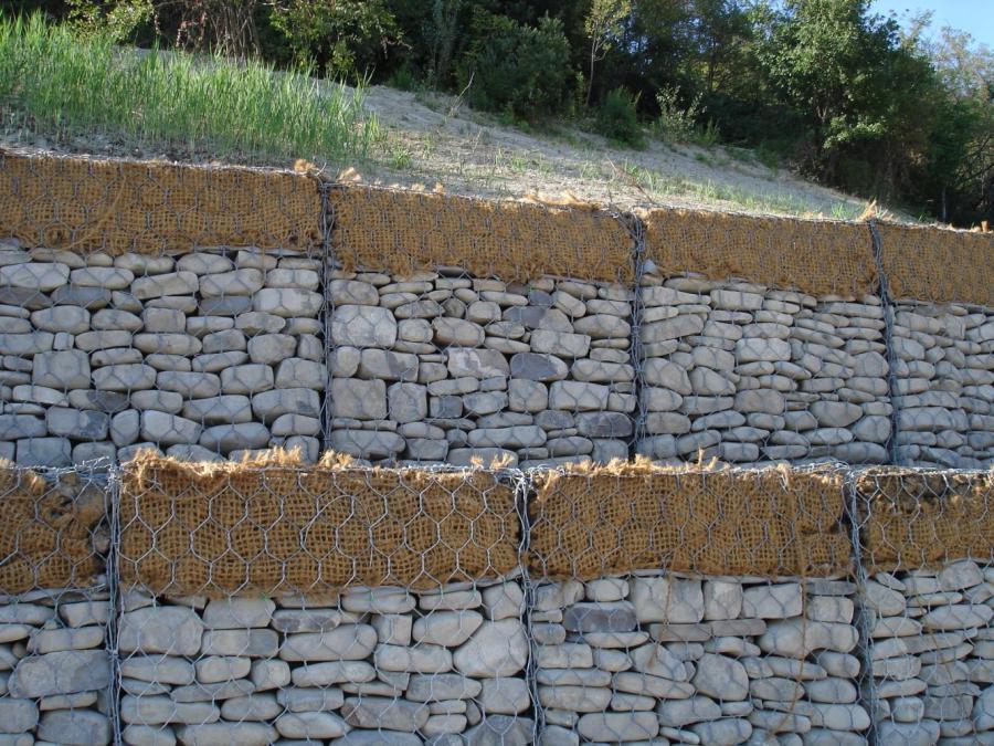 una serie di sassi dentro a delle reti metalliche gli uni sopra gli altri visti da vicino