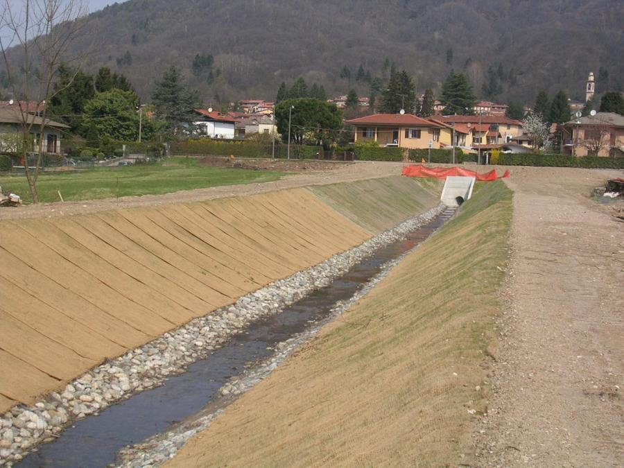 torrente in mezzo a un campo e vista della valle
