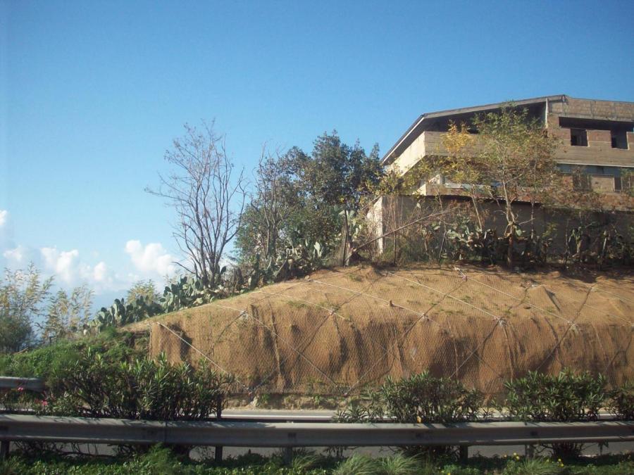 una montagna con una casa