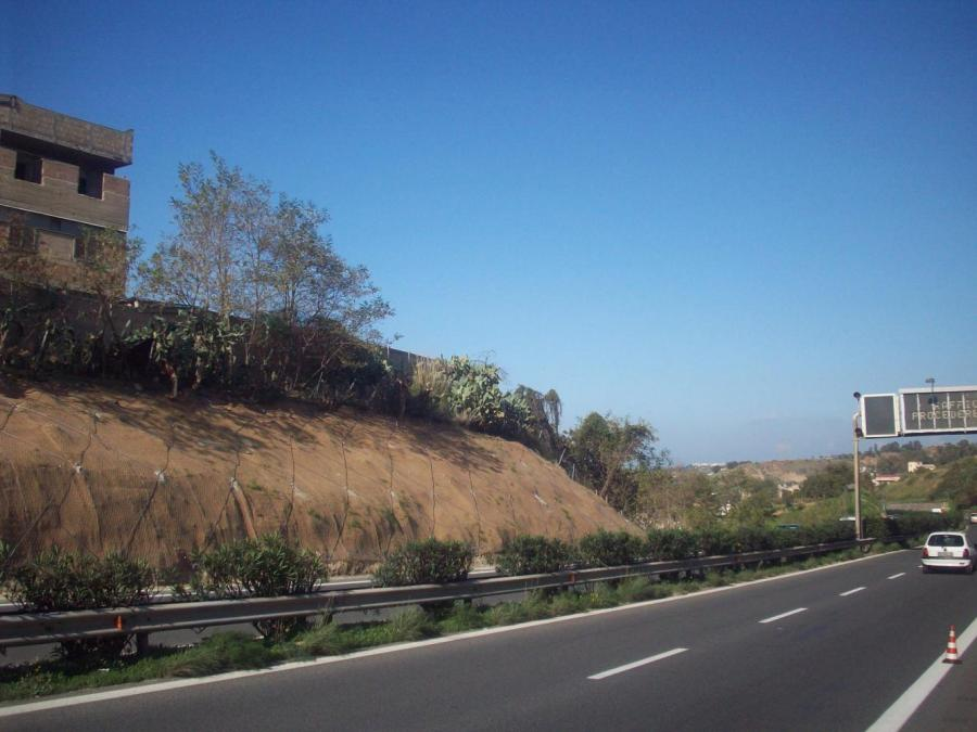 una strada asfalatata con montagna