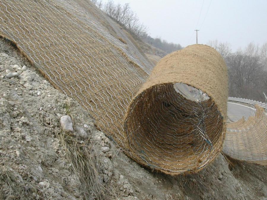 rullo di ferro metallico appoggiato su una montagna