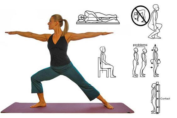 Una donna mentre fa stretching su un tappetino