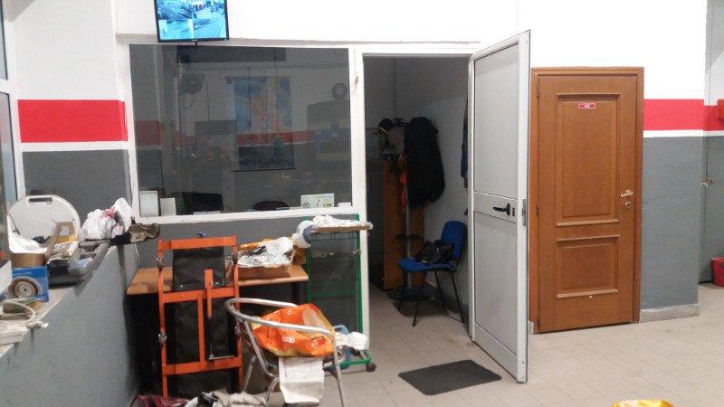 un piccolo ufficio all'interno di un'officina