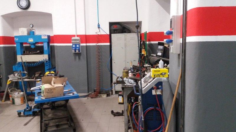 l'officina vista dall'interno con macchinari e attrezzatura