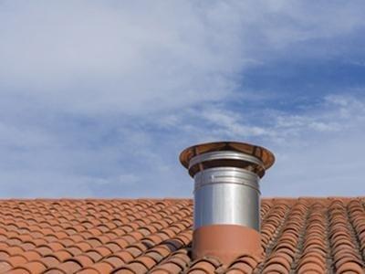 canna fumaria sul tetto di una casa
