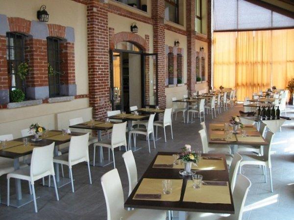 tavoli apparecchiati all'aperto di un ristorante