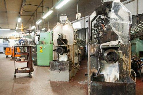 dei macchinari all'interno della fabbrica
