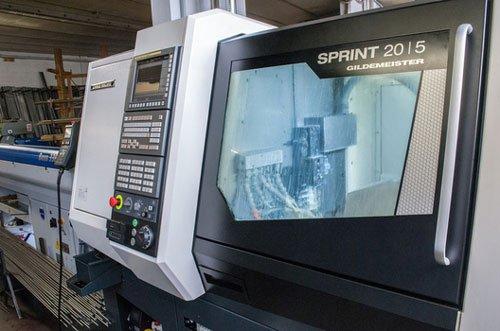 un tornio cabinato industriale con scritto Sprint 2015 Gildmeister