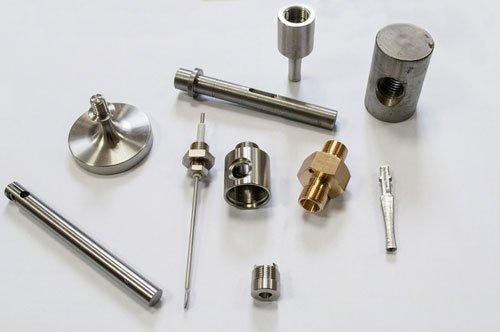 una serie di minuterie in metallo