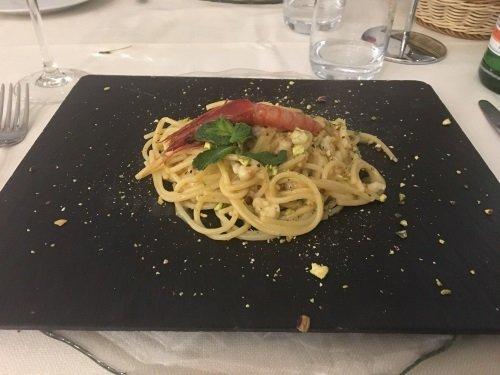 un piatto di spaghetti con gamberi