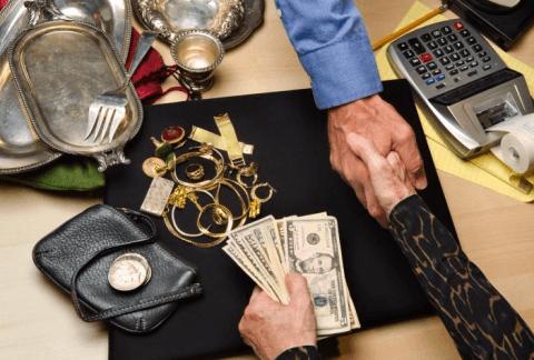 Stretta di mano durante una compravendita di gioielli