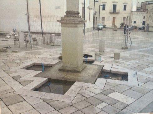 pavimentazione e colonna in pietra in una piazza