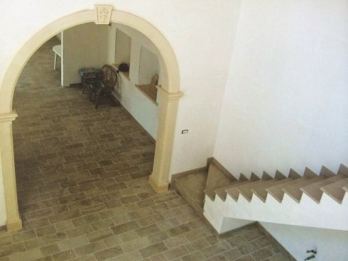arco, scalinata e pavimentazione interna in pietra