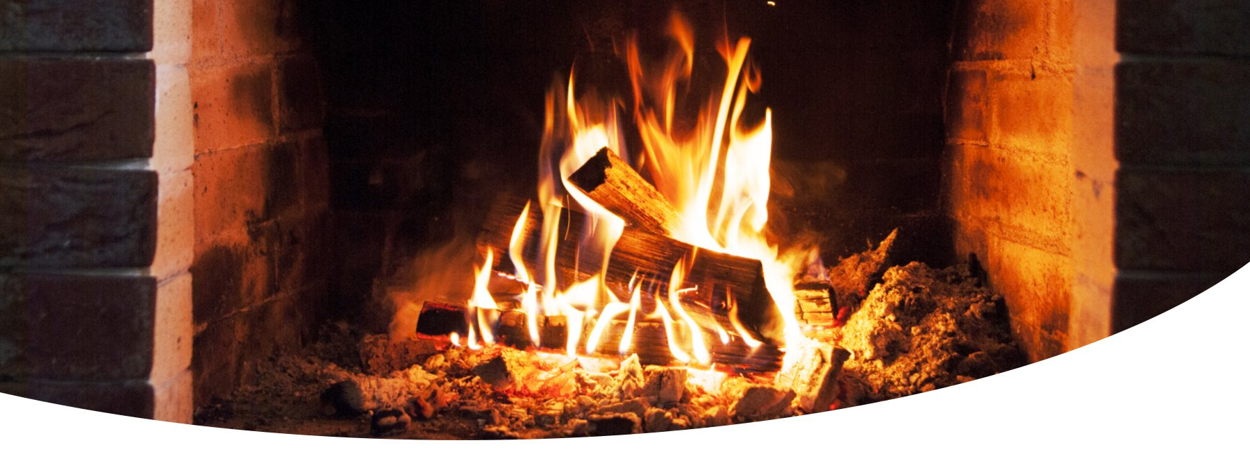 legna in fiamme in un camino