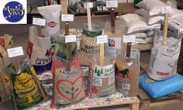 Sacchetti di pellet aperti in esposizione