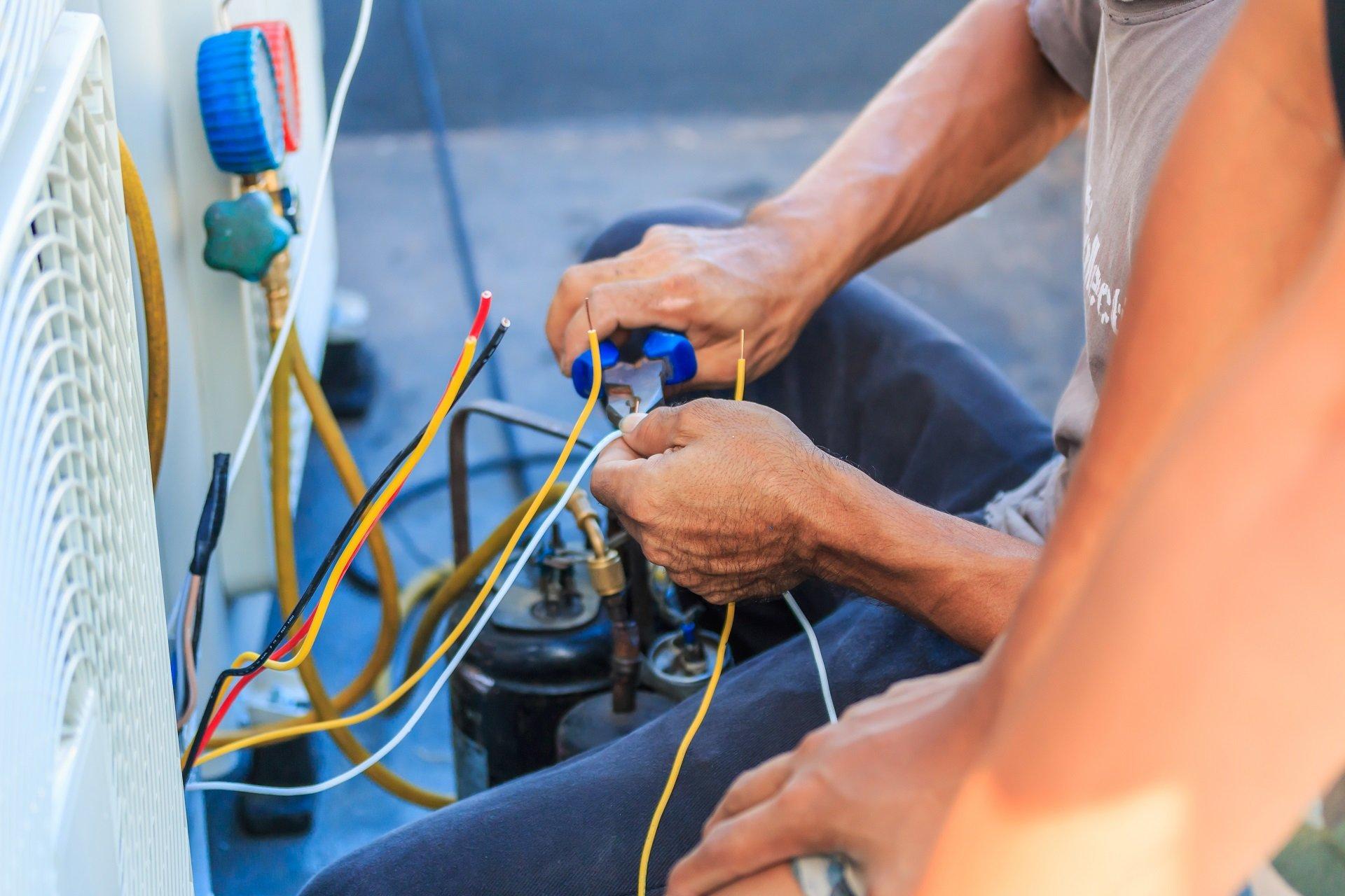 due tecnici durante installazione impianto di climatizzazione
