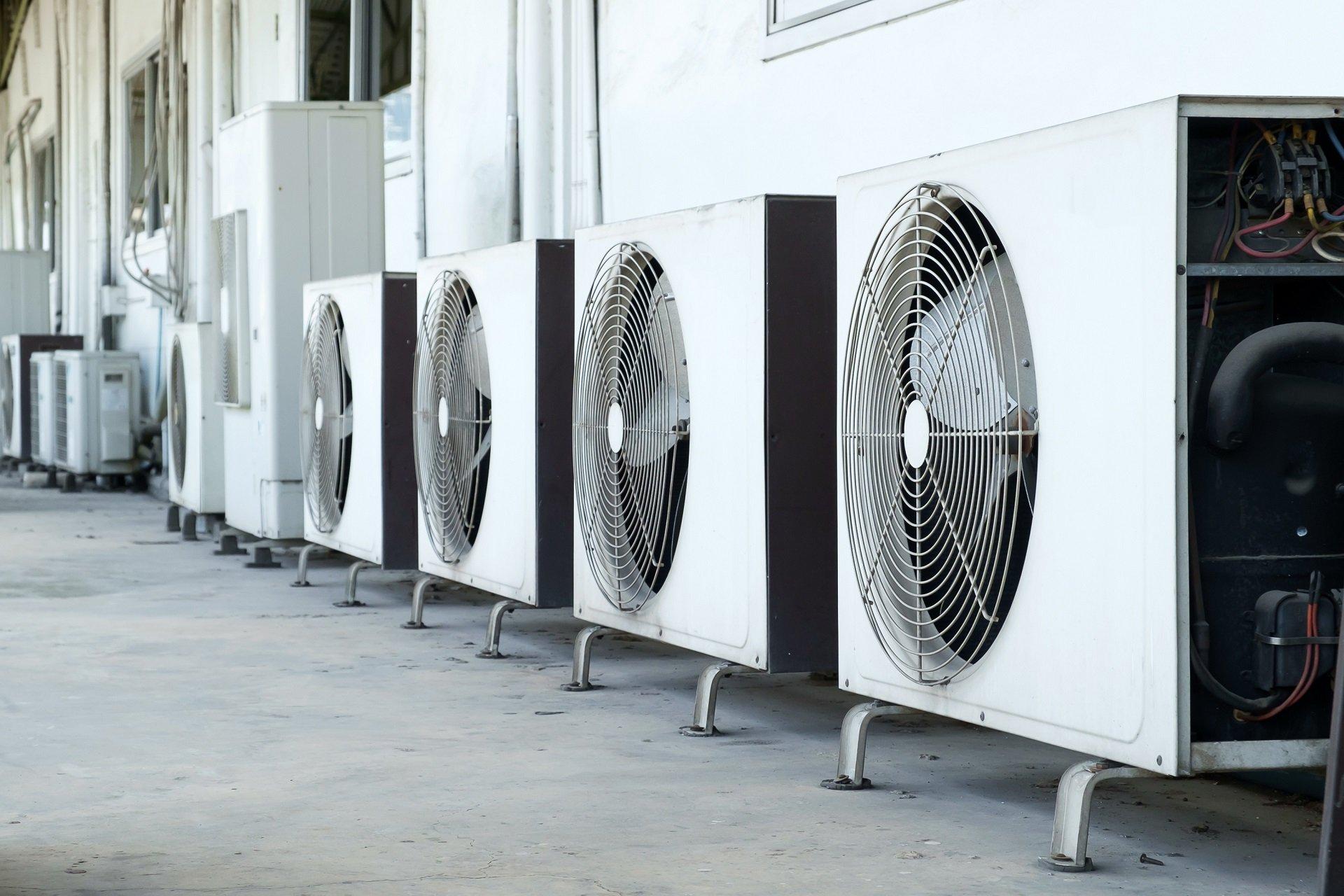 vari impianti di climatizzazione industriali