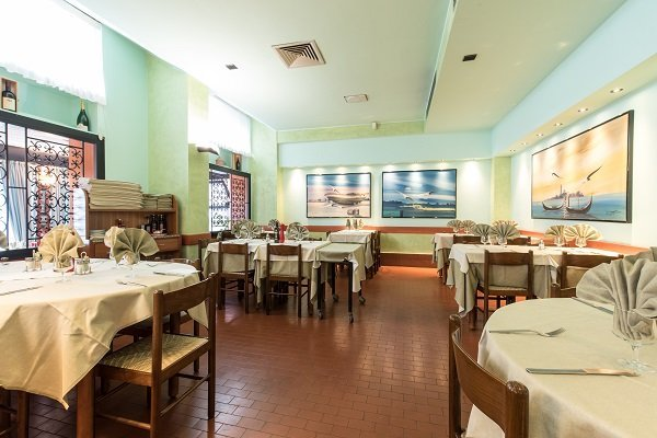 ristorante con ampia sala da pranzo