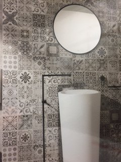 Patterned tiled wall
