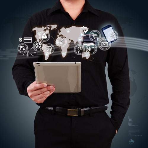 Uomo che tiene in mano un tablet che naviga nel mondo di Internt
