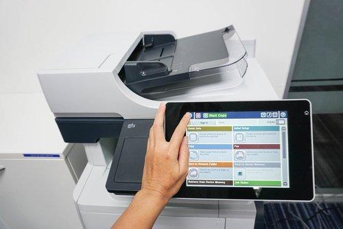 stampante aziendale pronta ad eseguire un comando