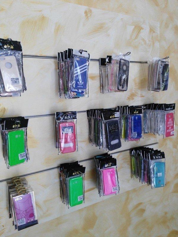 accessori per telefonini su ripiani