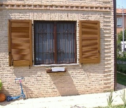 finestra con persiane esterna
