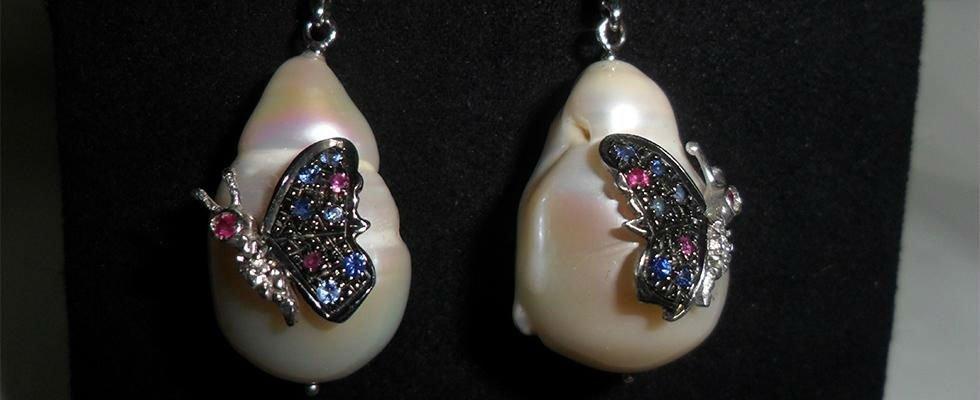 orecchini in madreperla con decorazione in argento e pietre preziose
