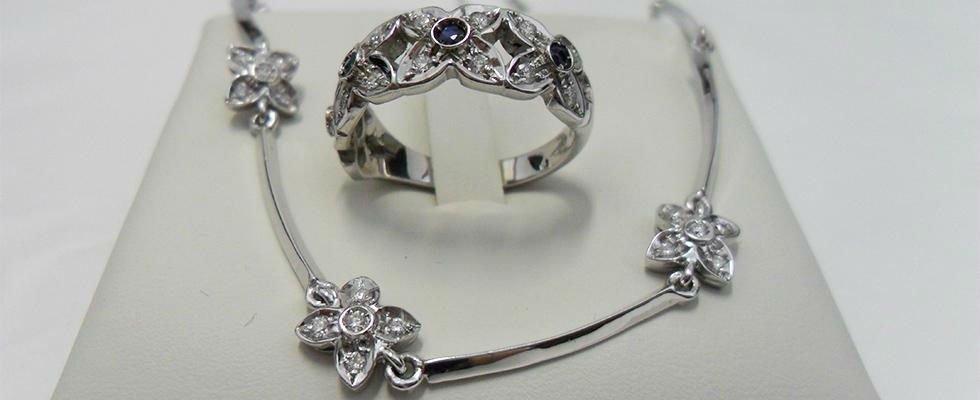 anello e collier in oro bianco
