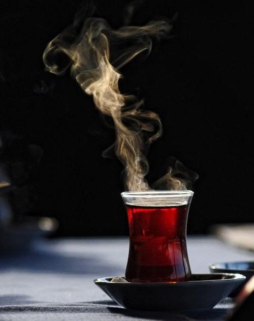 un bicchiere di una tisana rossa fumante