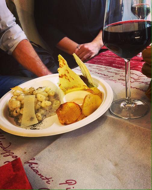 piatto con primo e un calice di vino
