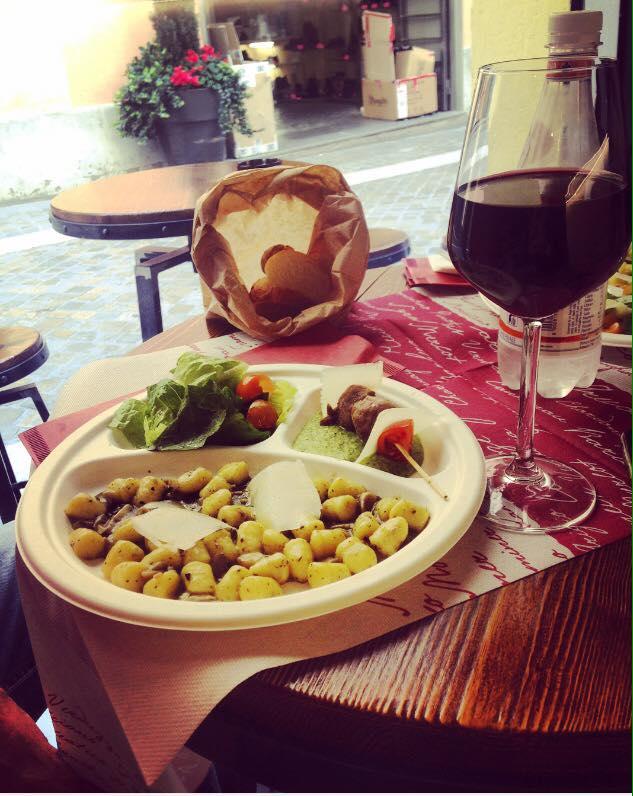 calice di vino rosso vicino un piatto