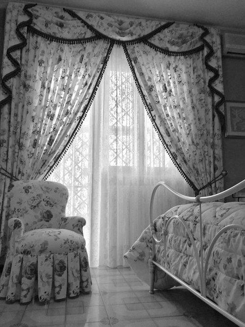 arredamento fiorito bianco e nero per camere da letto
