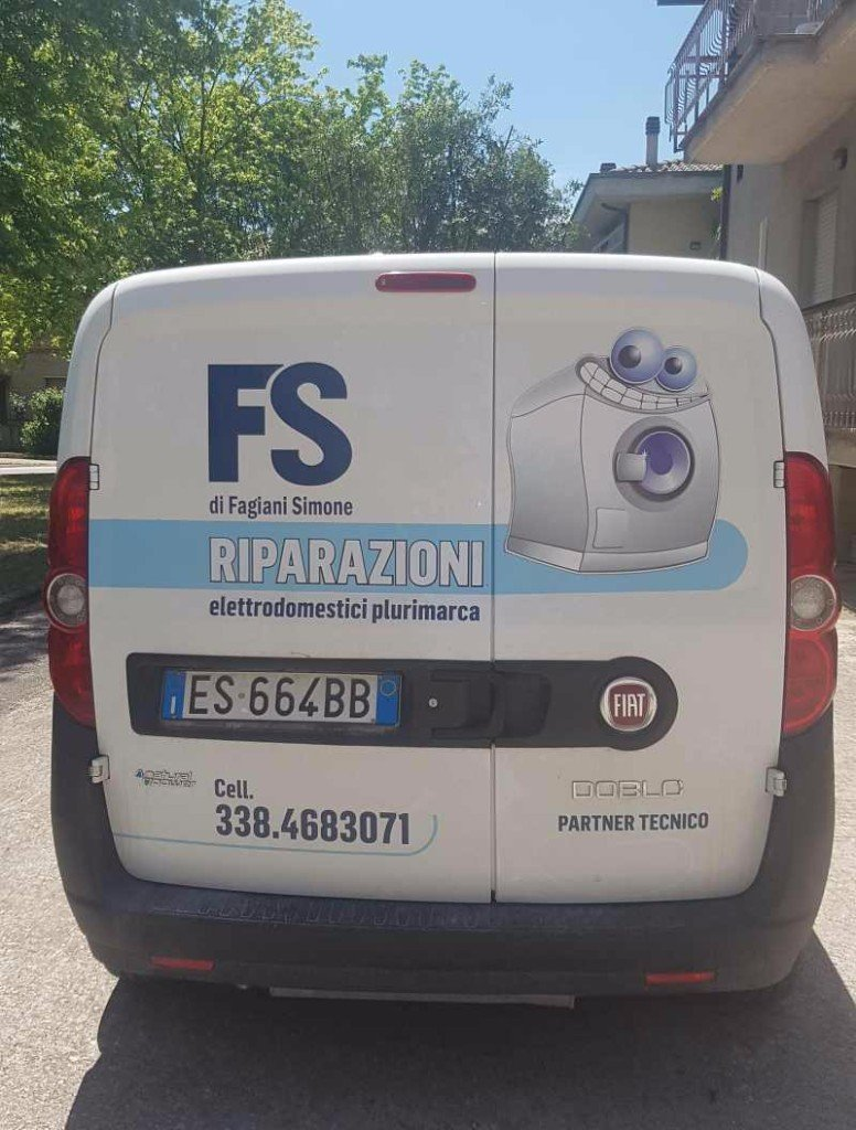 Un furgone bianco con scritto FS riparazioni