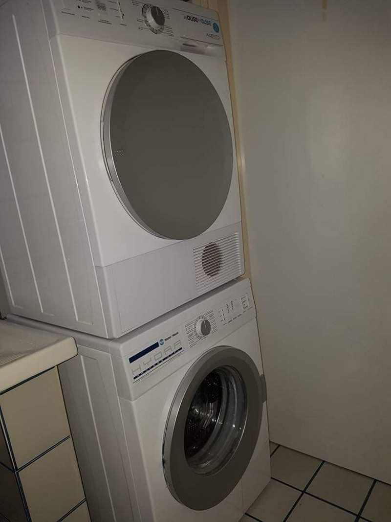 Una lavatrice e sopra un' asciugatrice