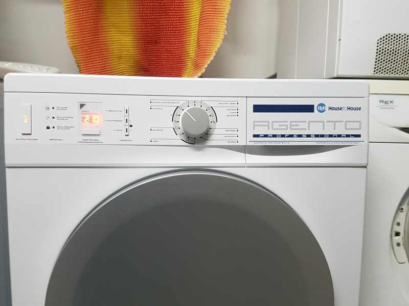 Una lavatrice con scritto Agento professional