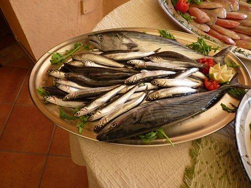 pesce fresco nel vassoio