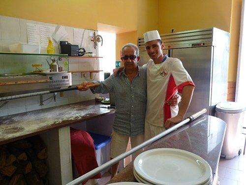 cucina del ristorante con il proprietario e un cuoco