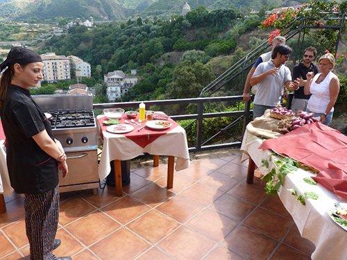 tavolo vicino alla ringhiera di un terrazzo con meravigliosa vista