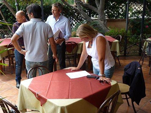 persona consulta il menu su un tavolo