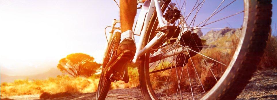 ciclista su mountain bike