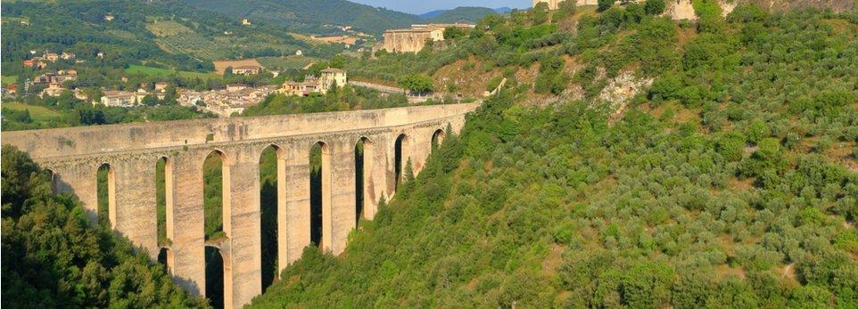 le colline di Spoleto con un acquedotto