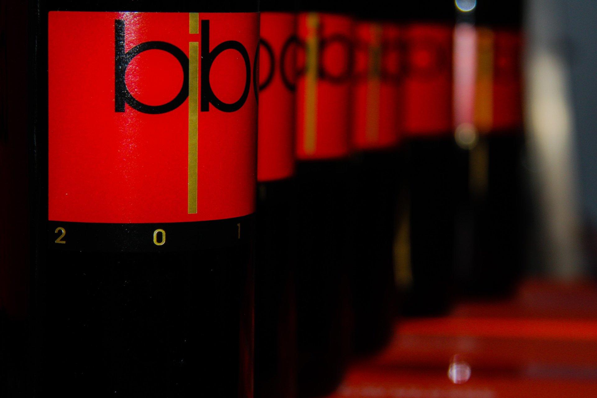 bottiglie di vino rosso Bibo in fila