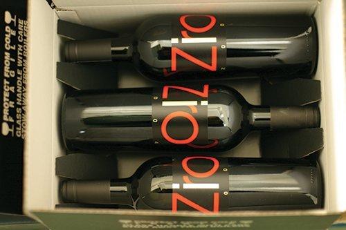 tre bottiglie di vino dentro una scatola