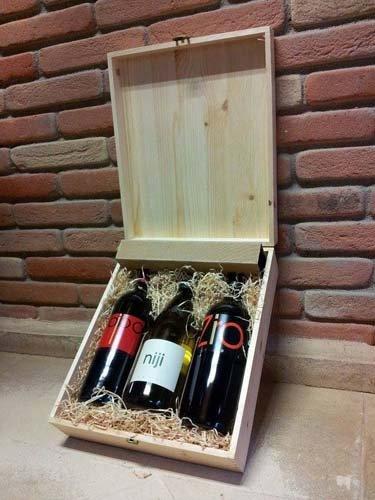 tre bottiglie di vino dentro una scatola in legno