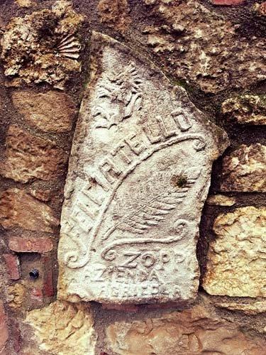 pietra con il nome della ditta FELCIATELLO scalfita