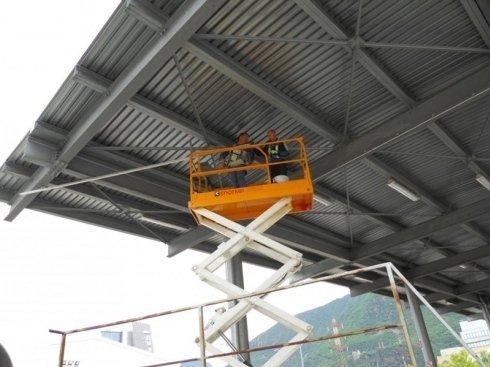 manutenzione copertura con piattaforma