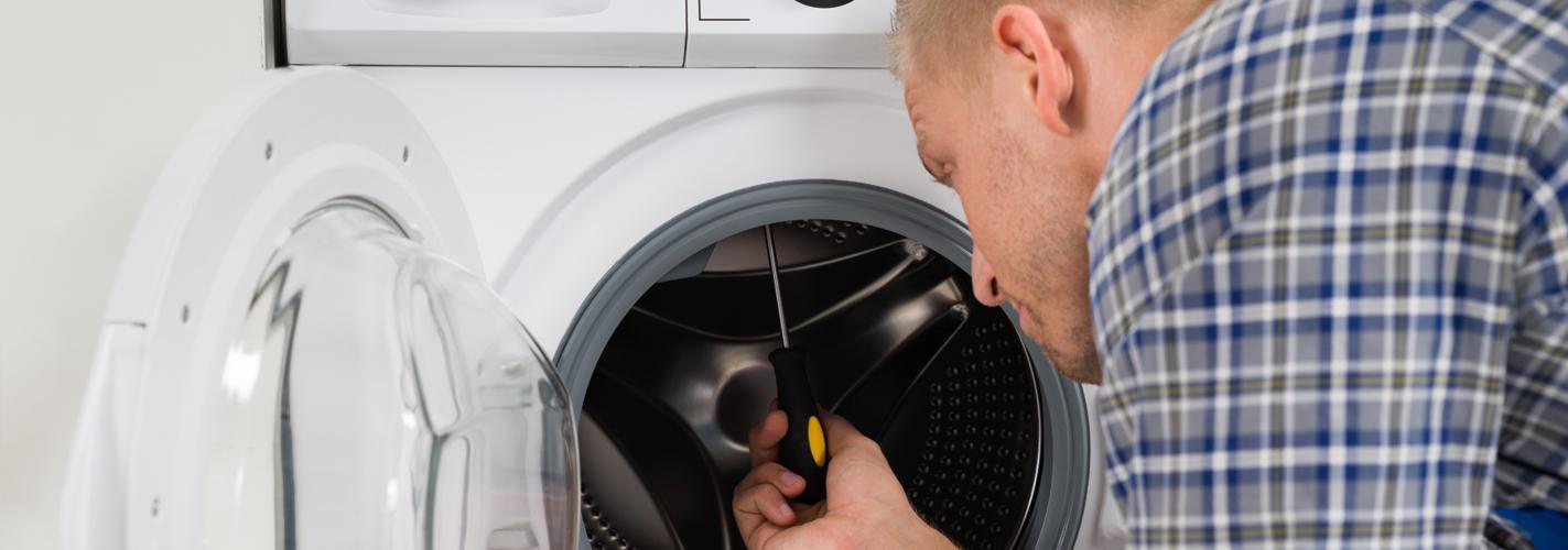 Meccanico fissando una lavatrice