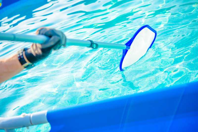 addetto durante pulizia di una piscina