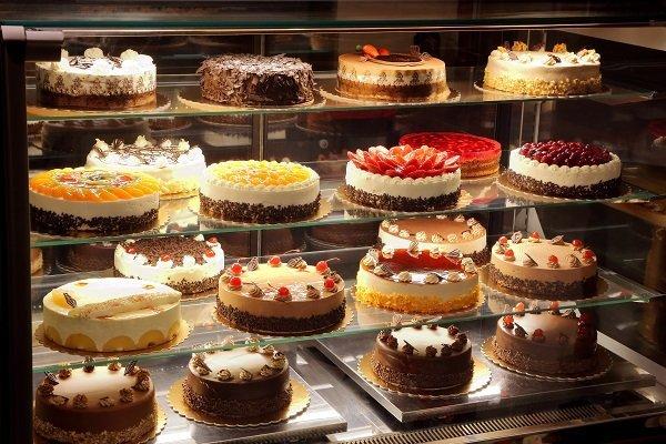 esposizione di torte pasticcere